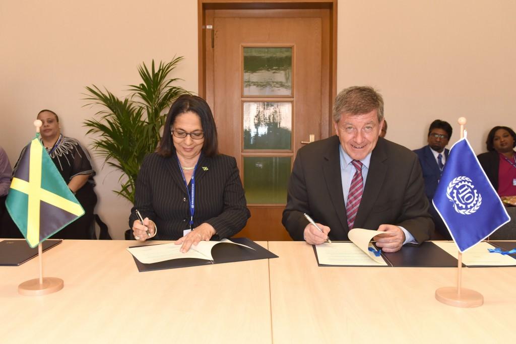 Ministra do Trabalho e Segurança Social da Jamaica, Shahine Robinson e diretor-geral da OIT, Guy Ryder