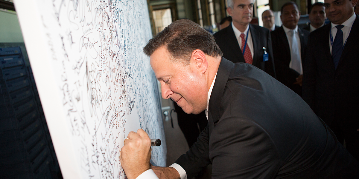 panama-president-signing-the-panel-1200x600-px
